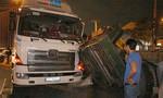 Máy cán tôn hàng chục tấn đè cabin container, tài xế thất thanh cầu cứu