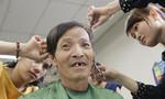 Bệnh nhân 'sướng rơn' vì được cắt tóc, gội đầu, cạo râu  miễn phí