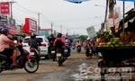 Nhiều người lấn qua vạch sơn để buôn bán trên đường Bùi Văn Hòa