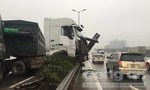 Tai nạn liên tiếp, container treo lơ lửng trên thành cầu Thanh Trì