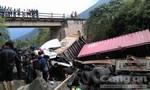 Xe tải và container rơi xuống suối, 4 người bị thương