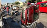 Ô tô nổ lốp tông trực diện xe máy, lật ngang trên quốc lộ