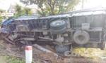 Xe tải tông gãy trụ điện, sập tường rào nhà dân rồi lật chỏng vó