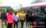 Hai xe buýt tranh khách tông vào nhau náo loạn cả thị trấn