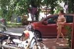 Một phụ nữ khỏa thân đi lại trên đường phố Malaysia