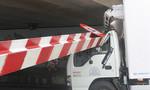 Xe tải tông sập thanh giới hạn gầm cầu Bông