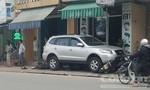 Ô tô mất lái lao lên vỉa hè, đè bẹp 6 xe máy khiến 2 người bị thương