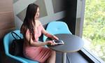 Người nước ngoài trộm iPhone của cô gái Việt trong quán ăn