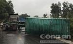 Xe đầu kéo rơi container trên đường gây ùn tắc giao thông