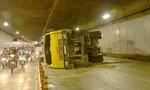 Xe ben chở đất lật ngang trong hầm Thủ Thiêm