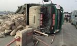 CSGT vác xi măng giúp tài xế bị lật xe kẹt cứng cầu Thanh Trì