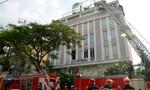 TP.HCM: Cảnh sát dùng xe thang cứu 12 người kẹt trong toà nhà 5 tầng bốc cháy