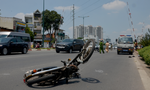 Ô tô cố vượt rào chắn xe lửa tông xe máy văng gần 100m
