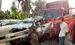 Xe 7 chỗ va chạm xe tải, 3 người may mắn thoát chết