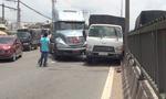 Container ép xe tải 'dính' dải phân cách trên quốc lộ, giao thông 'tê liệt'