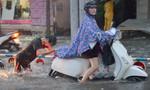 TP.HCM: Đường phố lại ngập trong mưa trái mùa