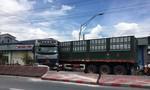 Xe tải tông vào dải phân cách hư hỏng nặng