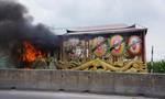 Xe tang bốc cháy ngùn ngụt trên đường đưa thi thể đến lò thiêu