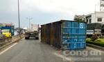 Thùng container rơi trúng xe 7 chỗ, nhiều người thoát chết