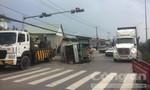 Xe tải lật nhào trên quốc lộ, nhiều người dân hốt hoảng