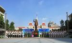 Dâng hương và tuyên dương gương thanh niên tiên tiến tại tượng đài Bác Hồ