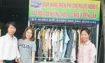 Hai cô gái lập quầy áo nghĩa tình dành cho người lao động nghèo