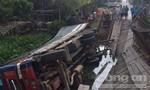 Chở quá tải làm sập cầu, xe và hàng hóa rơi xuống kênh