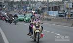 Trẻ em ngủ trên tay người thân trên đường trở lại Sài Gòn sau lễ