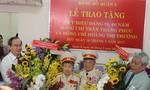 Bí thư Thành ủy TP.HCM Nguyễn Thiện Nhân trao huy hiệu đảng cho đảng viên