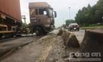 Xe container nổ lốp, mất lái tông nát hàng loạt dải phân cách