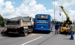 Xe buýt vượt nhau 'kẹp đầu' xe ben trên quốc lộ