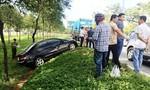 TP.HCM: xe hơi va chạm container xoay nhiều vòng, ba cha con thoát chết trong gang tấc