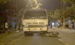 Xe ben lôi xe máy đi hàng chục mét trên đường trong đêm