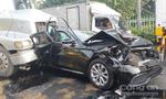 TP.HCM: Ô tô Mercedes bị 2 'hung thần' kẹp nát trên quốc lộ