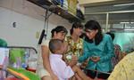 Phó Chủ tịch Nguyễn Thị Thu ân cần động viên bệnh nhi vui vẻ, sớm được lành bệnh