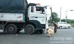 Xe tải cuốn xe máy vào gầm, một phụ nữ thoát chết