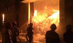 Đám cháy cực lớn thiêu rụi 5 nhà kho rộng gần 5000m2 ở Sài Gòn