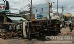 Xe tải lật ngang đường đè một lơ xe chết thảm
