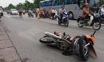 Ô tô hất văng 2 thanh niên trên xe máy rồi bỏ trốn
