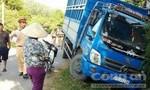 Ô tô tông sập nhà vệ sinh sau khi 'đối đầu' xe máy