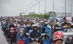 Hàng trăm người 'chôn chân' trong mưa vì xe đầu kéo gặp nạn