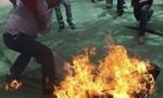 Chồng phóng xăng đốt chết vợ, mẹ bị thương rồi tự sát