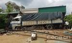 Xe tải tránh xe khách dừng bên đường, húc đổ nhà dân
