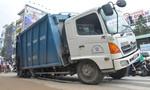 Xe rác lọt 'hố tử thần' trên đường phố ở TP.HCM
