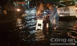 Mưa to dữ dội vào cuối giờ chiều, người dân TPHCM lội nước về nhà