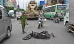 Xe bồn cán nát đôi chân của người đàn ông đi xe máy