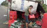 Xe chở bia bị lật, người dân gom bia giúp tài xế