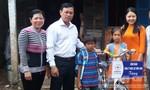 Tiếp tục trao tiền của bạn đọc Báo CATP cho chị em bé Lam Chiều