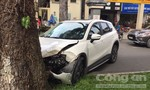 Ô tô mất lái tông gốc cây, nữ tài xế bị thương