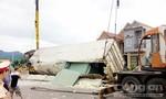 Xe container chở 28 tấn ván ép bị lật nhào